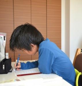 下向きで勉強する小学生